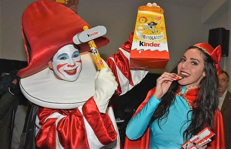 Carnevale di Viareggio Burlamacco e Ondina con la pentolaccia Kinder